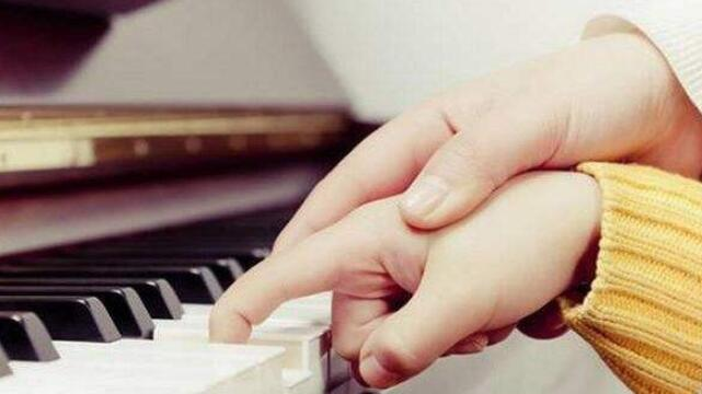 孩子弹钢琴.jpeg