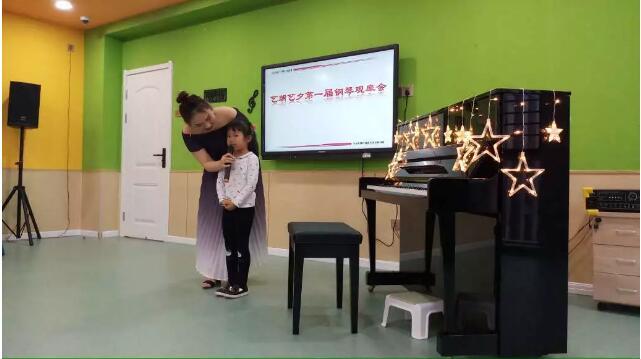 艺朝艺夕学员上台展示.jpeg