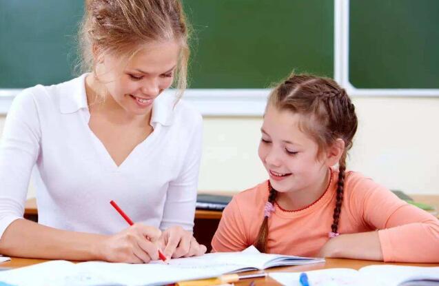 家长陪伴孩子写作业.jpeg