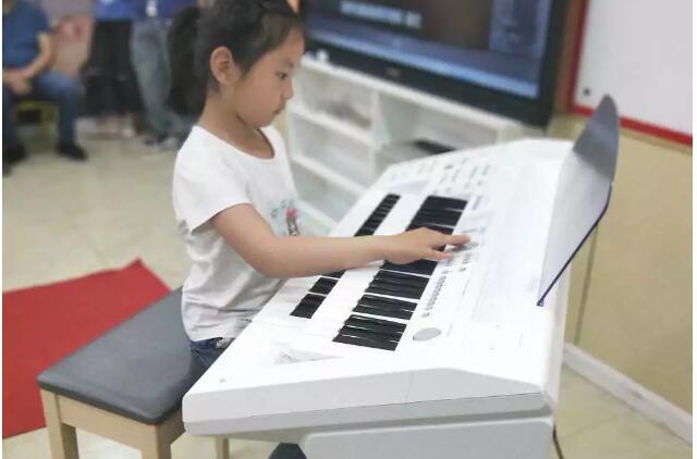 艺朝艺夕学员演奏双排键.jpeg