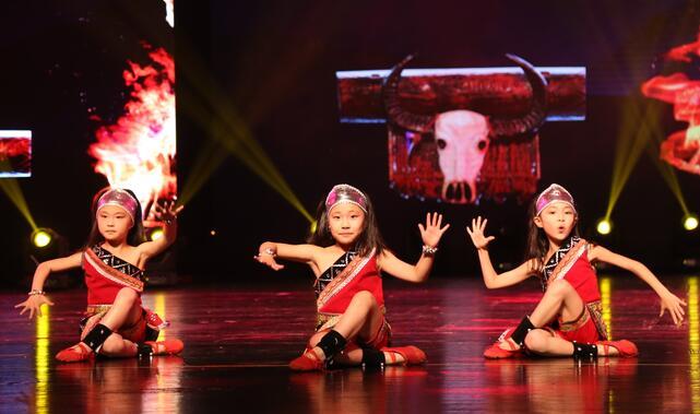 学习舞蹈的孩子.jpeg