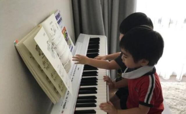 林志颖儿子弹钢琴.jpeg