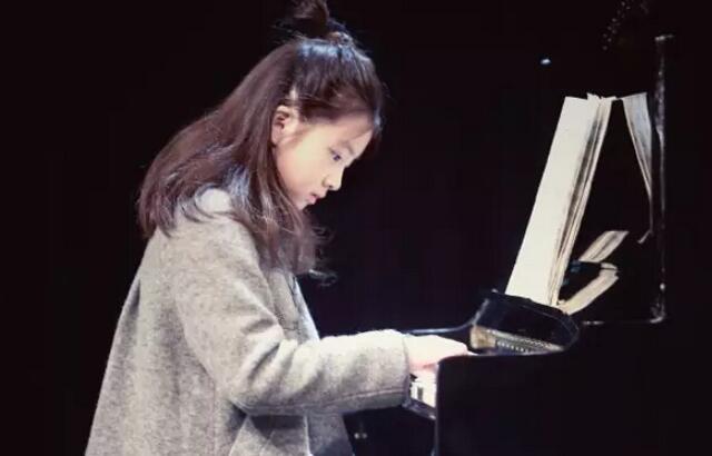黄多多弹钢琴.jpeg