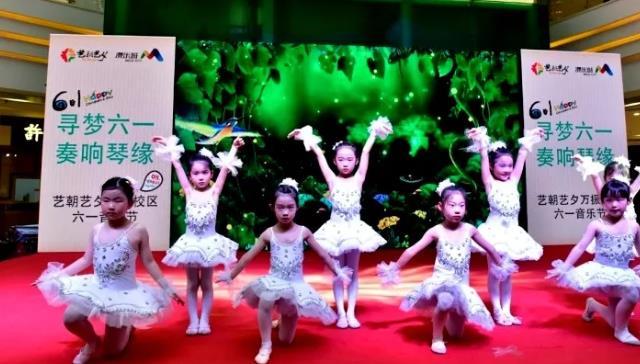 学员舞蹈展示.jpeg
