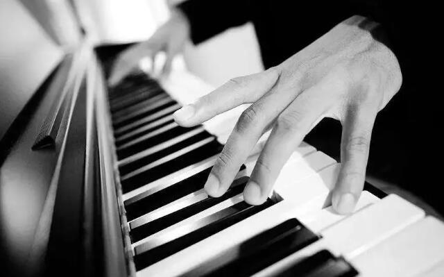 如何鉴别杂牌钢琴.jpeg
