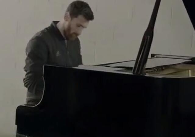 梅西弹钢琴.jpeg