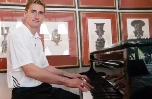 克洛泽弹钢琴.jpeg