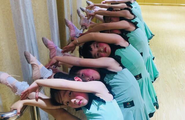 儿童学舞蹈基本功练习.jpeg