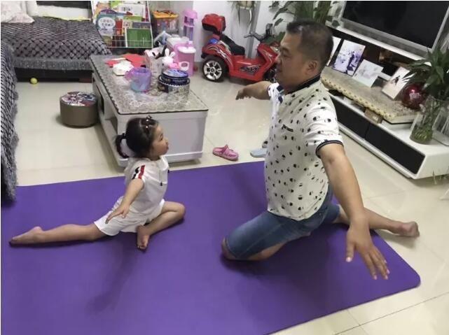 爸爸陪我练舞蹈.jpeg