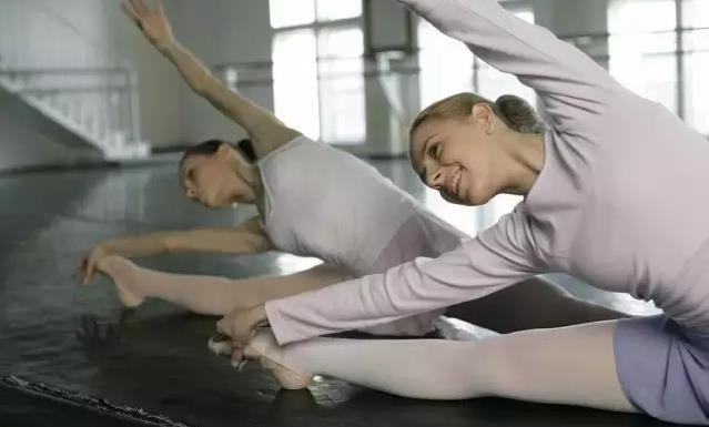 舞蹈基本功压腿.jpeg