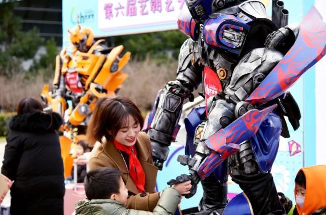 孩子和机器人互动.jpeg