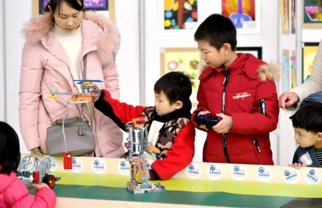 体验科技的孩子.jpeg