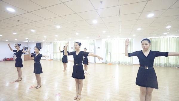 参加艺朝艺夕拉丁舞考级的孩子.png