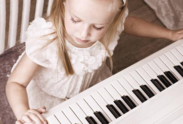 女孩学钢琴