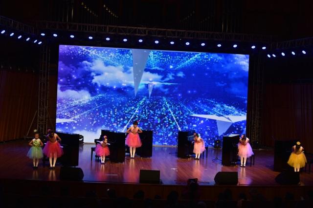 日本裸体人体艺术学员参加音乐会演奏钢琴