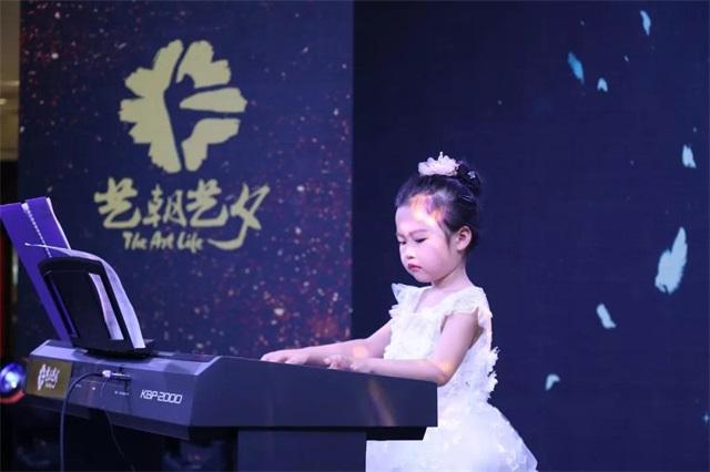 艺朝艺夕孩子演奏钢琴