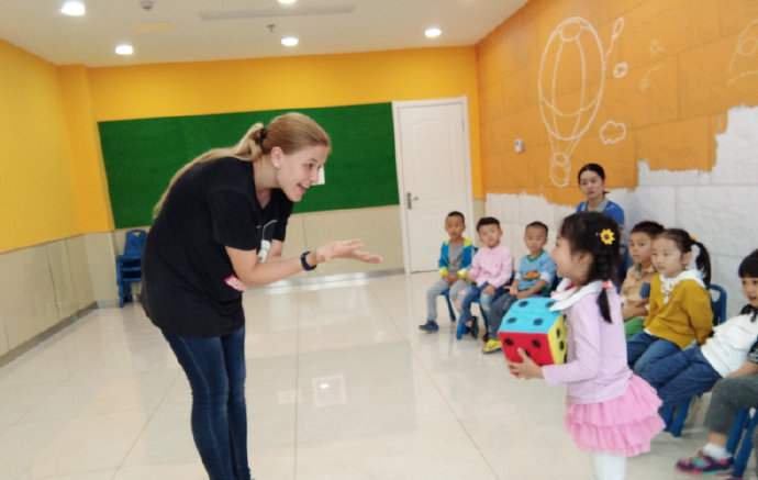 弗恩英语外教和孩子交流对话