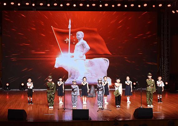 舞台上演出的孩子