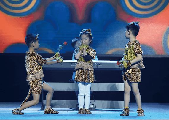 艺朝艺夕舞台上演出的孩子