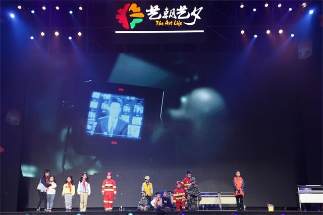 艺术节舞台上自信表演的孩子
